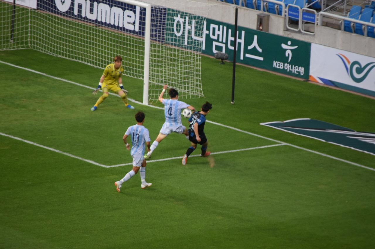 40분, 인천 유나이티드 김보섭(맨 오른쪽)의 프로 데뷔골 순간