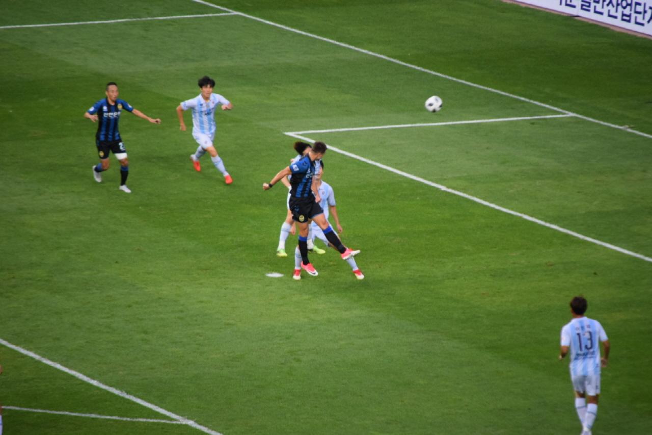 15분, 인천 유나이티드 골잡이 무고사의 헤더 동점골 순간