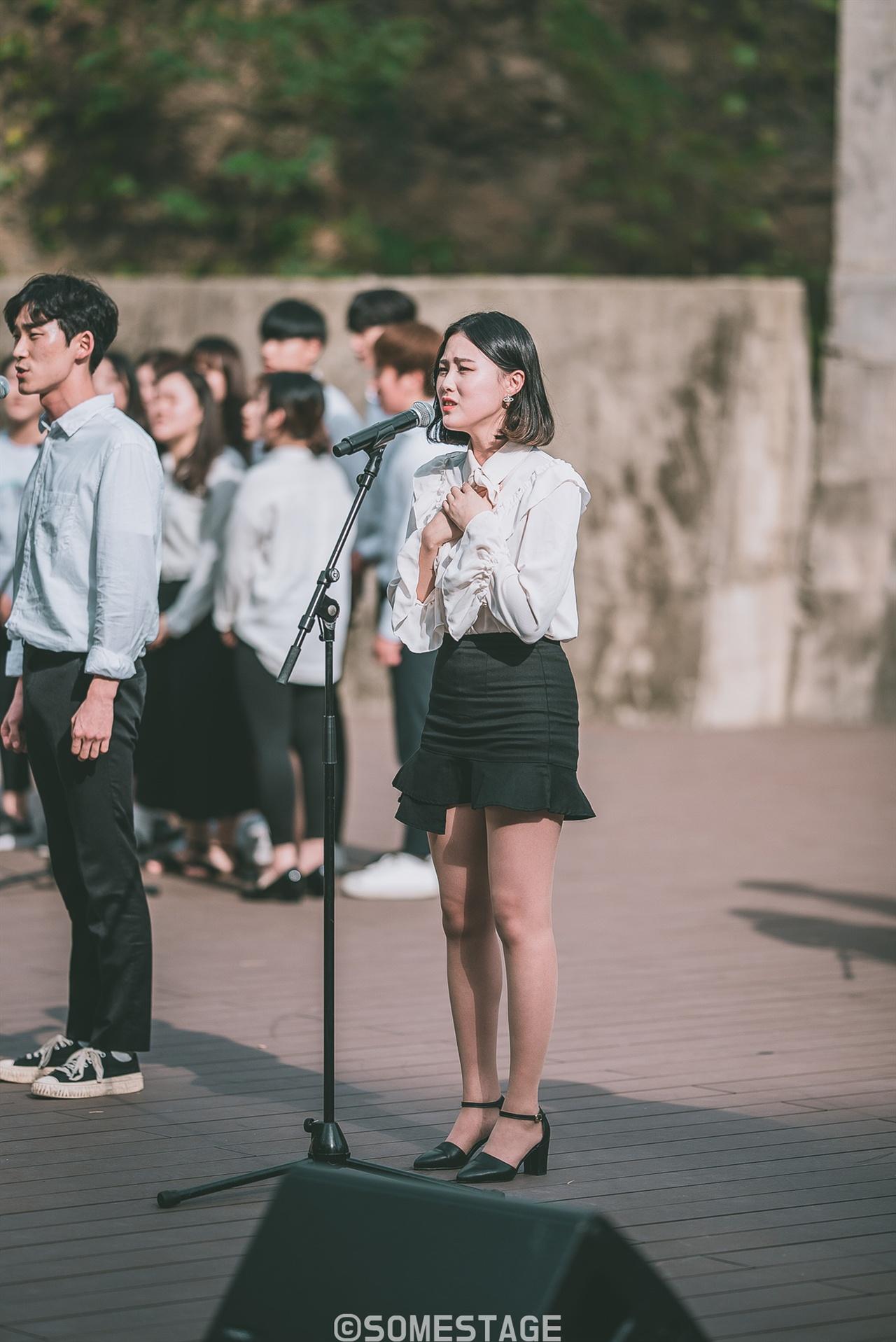 2018 현대차그룹 대학 연극·뮤지컬 페스티벌 프로그램 '싱잉 인 더 탱크'에서 예원예술대학교 학생이 노래하고 있다.