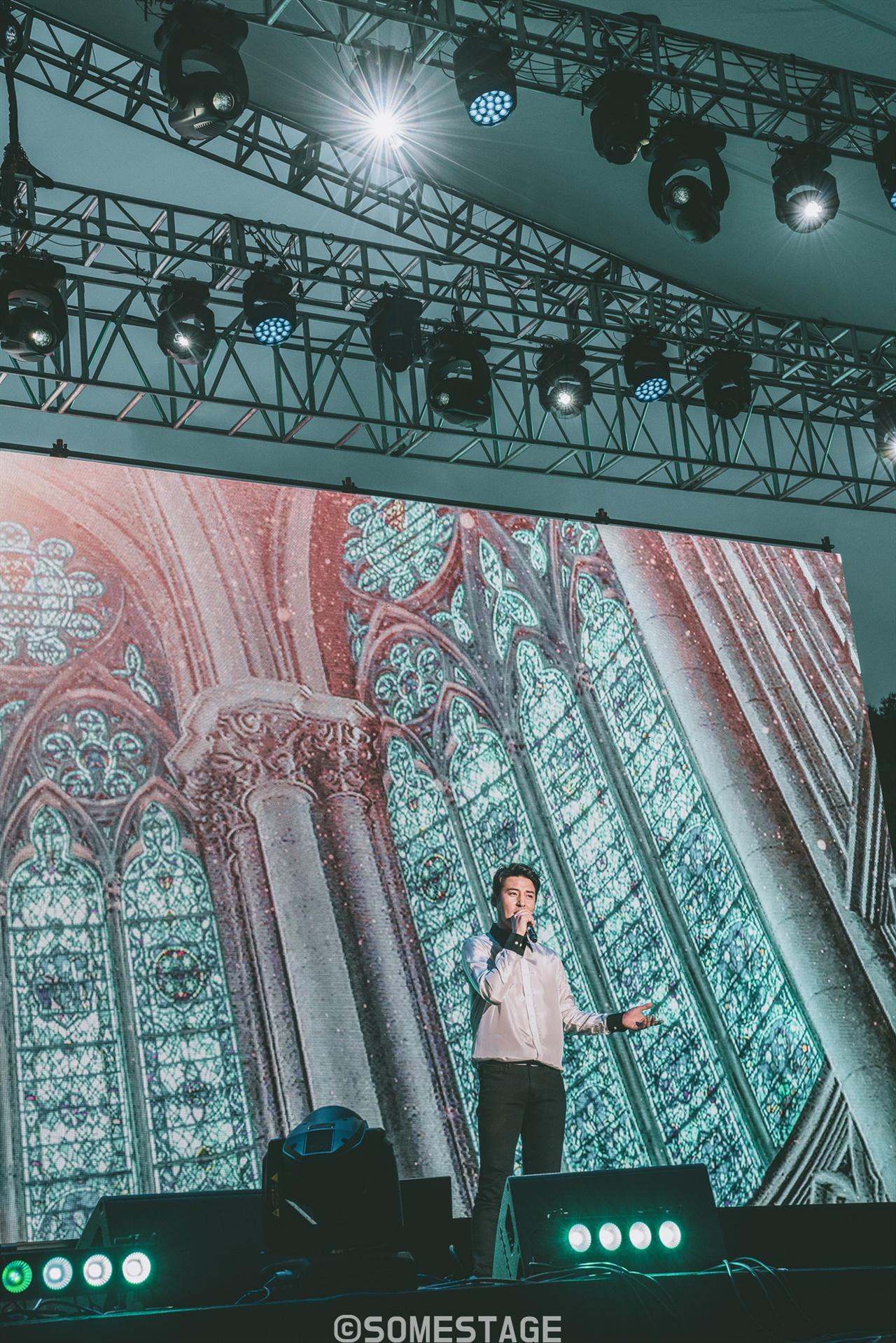 2018 현대차그룹 대학 연극·뮤지컬 페스티벌 폐막식에서 배우 김준현이 뮤지컬 <노트르담 드 파리>의 곡 '대성당의 시대'를 선보이고 있다.
