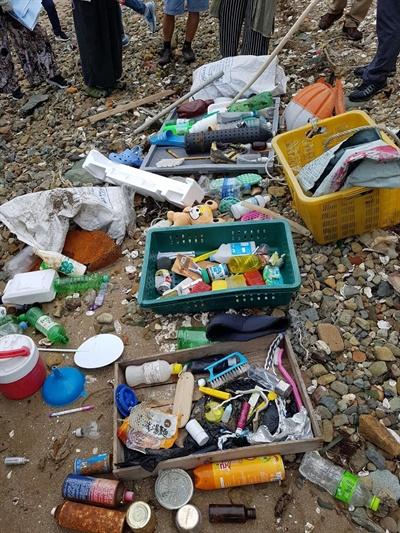 """지난 8월 24~25일 통영RCE세자트라숲에서 열렸던 """"건강한 바다를 위한 해양생물다양성 주류화 워크숍"""" 참가자들은 연안 쓰레기 수거 활동을 벌였다."""
