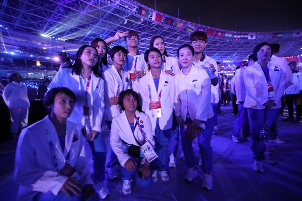 함께 어우러진 남북 2일 오후(현지시간) 인도네시아 자카르타 겔로라 붕 카르노(GBK) 스타디움에서 열린 2018 자카르타-팔렘방 아시안게임(AG) 폐회식에서 남북 선수단이 함께 어우러져 기념촬영을 하고 있다. 2018.9.2