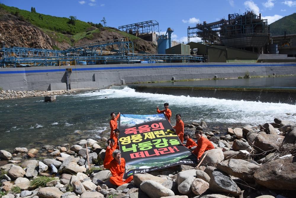 환경운동연합 중앙사무처 활동가들이 현장 액션을 벌이고 있다.