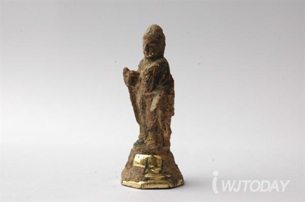 ▲ 흥법사지에서 출토된 금동여래입상. 전형적인 통일신라시대 양식으로 9세기 전반기에 제작된 불상으로 추정된다.