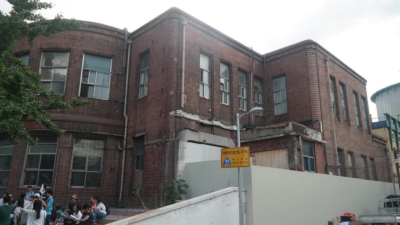 1928년에 세워진 '용산철도병원'. 해방 후 중앙대에서 위탁 경영하다가 현재는 주인 없는 빈 건물로 방치되고 있다.