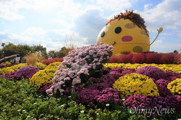 '2018 고양가을꽃축제'가 오는 22일부터 10월 9일까지 고양시 일산 호수공원 고양꽃전시관 실내·외에서 열린다. 사진은 지난해 고양가을꽃축제 장면.