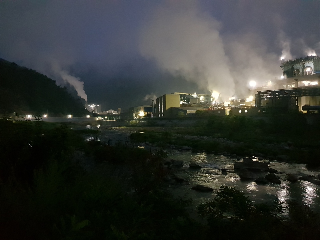밤시간 특히 심한 영풍제련소 공장의 매연