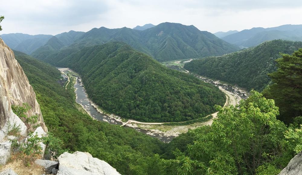 영풍제련소 20킬로미터 하류 낙동강의 아름다운 협곡의 모습. 봉화군의 낙동강은 이런 협곡들로 이루어져 있다. 그런데 이런 협곡에 영풍제련소가 들어선 것이다.