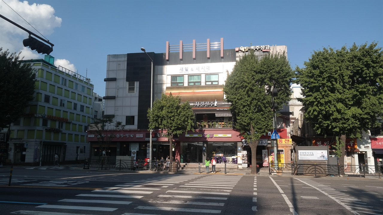 남영삼거리 앞에 위치한 구 경룡관(京龍館) 터. 1921년에 세워진 경룡관은 일본인 전용극장이었다. 일제 말기에 성남극장으로 이름을 바꾸었는데, 해방 이후까지도 같은 이름으로 운영되다가 2003년에 폐관했다.