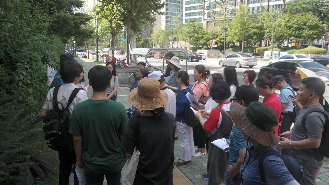 식민지역사박물관 개관 기념 특별답사에 참여한 시민들의 모습