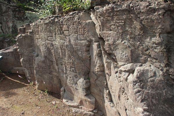 경주 석장동 암각화를 측면에서 찍은 모습