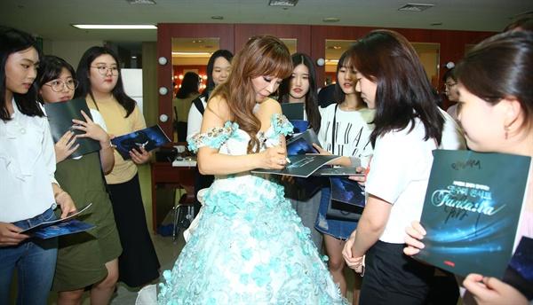 세계적 성악가 조수미씨가 9월 2일 저녁 김해 예술의전당에서 공연하고, 짐해여고 뮤지컬 출연 학생들과 함께 했다.