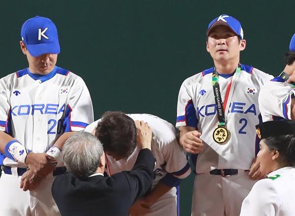금메달 목에 건 오지환 1일 오후 (현지시간) 인도네시아 자카르타 겔로라 붕 카르노(GBK) 야구장에서 열린 2018 자카르타-팔렘방 아시안게임 결승 한국과 일본의 경기에서 3-0으로 승리하며 우승을 차지한 한국 오지환(오른쪽)이 금메달을 목에 걸고 있다.