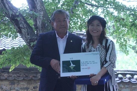 제4회 디카시작품상을 수여한 박용삼 고성군의회 의장과 수상자 리호 시인