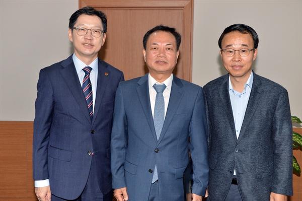 왼쪽부터 김경수도지사 ,차윤재 경남청소년지원재단 원장, 박성호 행정부지사.