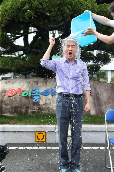 박종훈 경남도교육감은 9월 3일 경남도교육청 마당에서 루게릭병 지원을 위한 '아이스버킷 챌린지'를 했다.