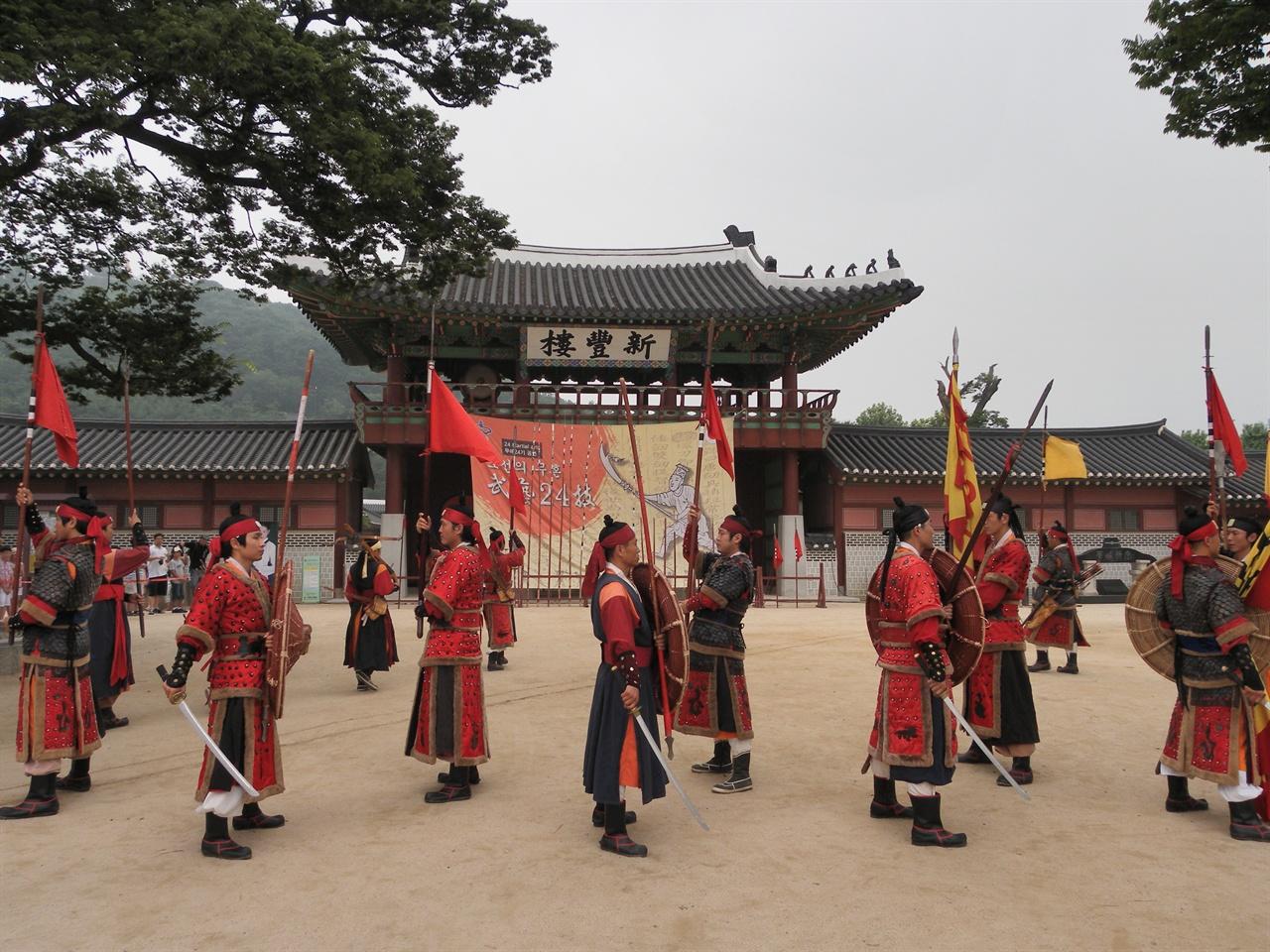 옛날 군인들의 훈련 모습. 경기도 수원시 화성행궁에서 찍은 사진.
