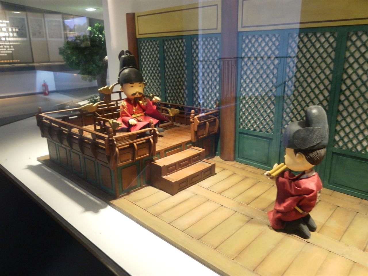 조선시대 관료의 모습. 경기도 파주시 '율곡 이이 유적'에서 찍은 사진.