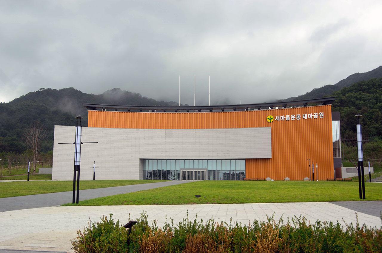 무려 1천억 원을 들인 새마을운동 테마공원은 운영비 부담을 둘러싸고 경북도와 구미시가 대립하면서 완공된 지 8개월째 문을 열지 못하고 있다.(2018.9.3.)