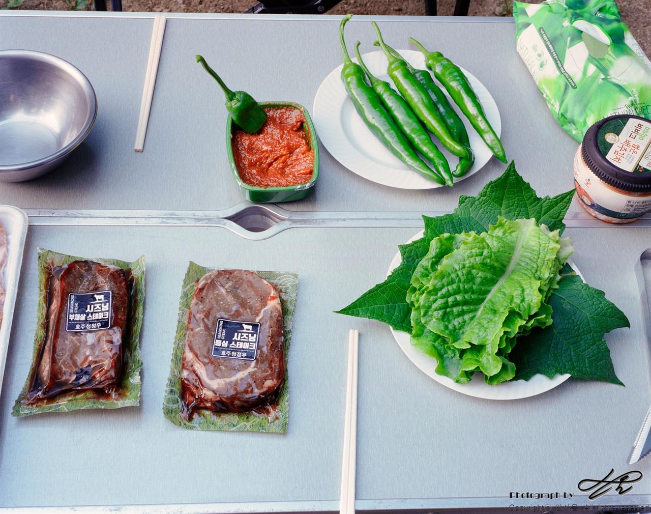 자연식 밥상 (6*7중형/Pro400H)저녁이 되기 전 농원 내 밭에서 따 온 채소로 밥상을 꾸렸다. 고추에서 단 맛이 났다.