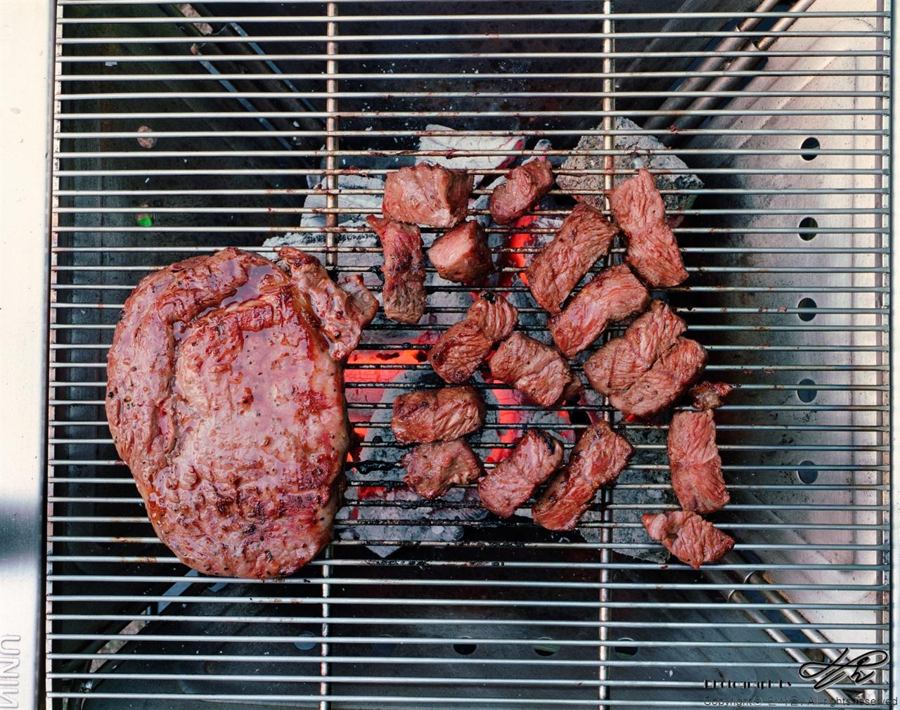 고기 굽기 (6*7중형/Pro400H)두 달 전 야영 때 남은 숯을 고이 모셔 두었다가 이 날 사용했다. 타지 않게 굽는 기술이 나날이 늘어간다.