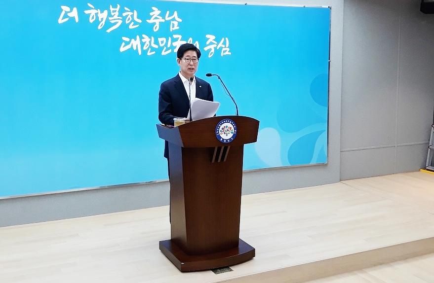 4일 열린  정례기자회견에서 양승조 도지사가 기자들의 질문에 답변하고 있다.