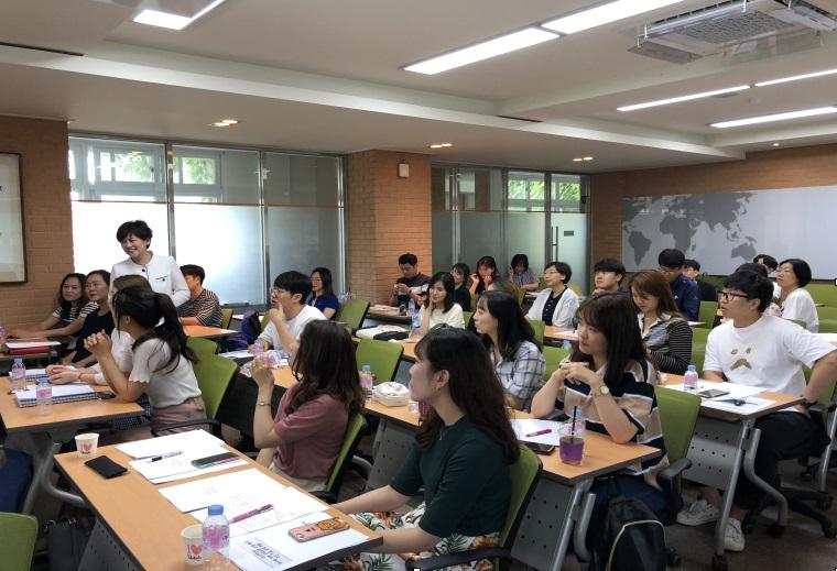IB 수업 연수 강은희 대구시교육감이 IB 수업을 연구 중인 교사들을 격려하고 있다.