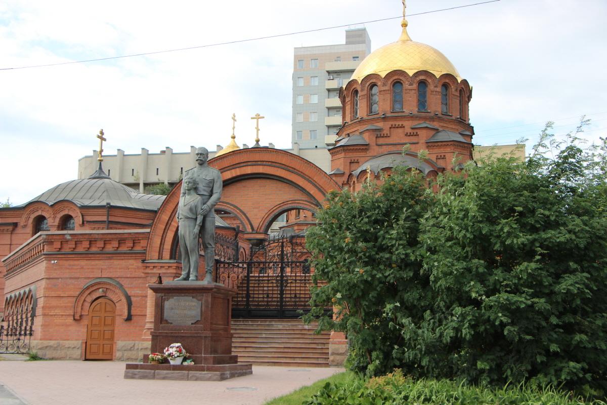 성당 앞 니콜라이2세와 아들 동상