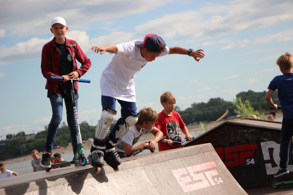 오비강변 놀이터에서 롤러스포츠를 즐기는 아이들