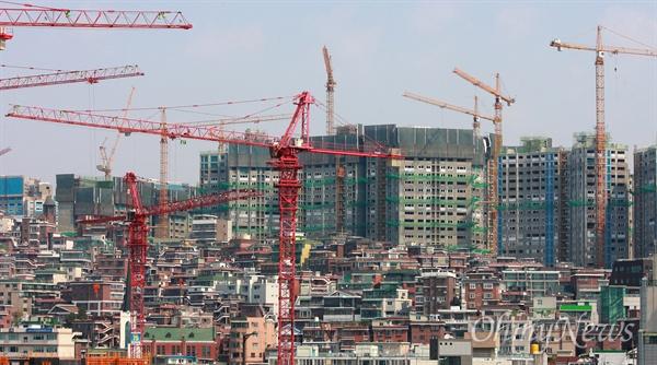 지난 2011년 아파트 건설을 위해 수십대의 타워크레인이 설치된 서울지역 재개발 공사 현장.