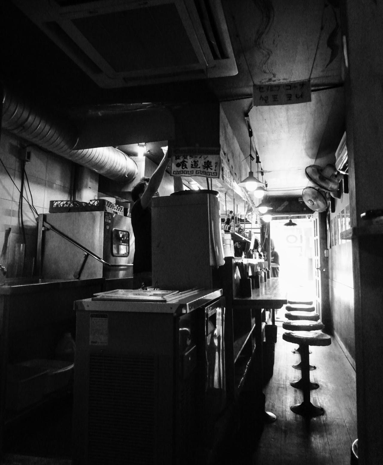 어느 라면집 서울의 어느 도심에서 만난 라면집으로, 가게가 앞뒤로 길쭉하게 형성되어 있다. 임대료가 비싼 상황에서 나타나는 현상이다.