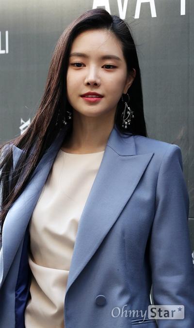 손나은, 당당한 가을여자 에이핑크 손나은이 4일 오후 서울 논현동의 한 매장에서 열린 여성복 쇼룸 오프닝 이벤트 포토행사에서 포즈를 취하고 있다.
