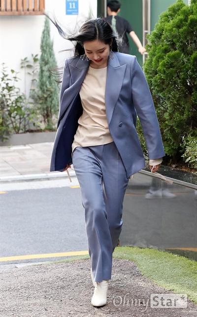 손나은, 시샘하는 가을바람 에이핑크 손나은이 4일 오후 서울 논현동의 한 매장에서 열린 여성복 쇼룸 오프닝 이벤트 포토행사에서 입장하고 있다.