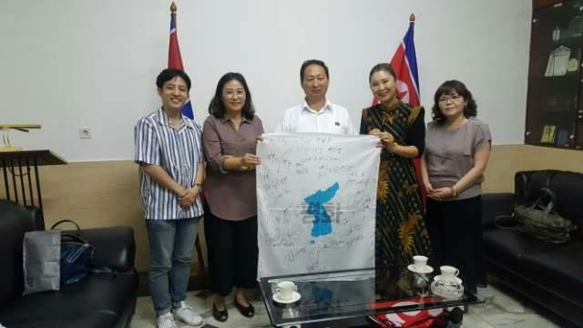 인도네시아 북측 대사관에 방문한 자카르타 통일 위원회 위원들이 안광일 대사와 함께 사진 촬영을 하고 있다.
