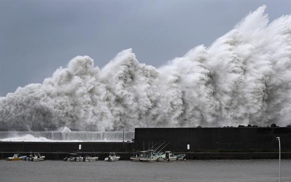 솟구치는 파도 제21호 태풍 제비가 일본 남서부 지역을 상륙한 4일 고치(高知)현 아키(安藝)시의 항구 앞바다에서 거대한 파도가 솟구쳐 오르고 있다.
