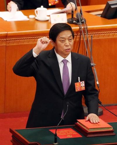 서열 3위 리잔수, 8일 북한 방문 중국 지도부 서열 3위인 리잔수(栗戰書) 전국인민대표대회(전인대) 상무위원장이 시진핑(習近平) 중국 국가주석 특사로 북한 정권수립 70주년 기념일을 축하기 위해 방북한다. 4일 중국중앙(CC)TV에 따르면 중국 공산당 정치국 상무위원회는 리잔수 상무위원장이 오는 8일 대표단을 이끌고 9·9절을 축하하기 위해 평양을 방문한다고 발표했다. 사진은 지난 3월 제13기 전국인민대표대회에서 헌법 선서를 하는 리잔수 상무위원장.