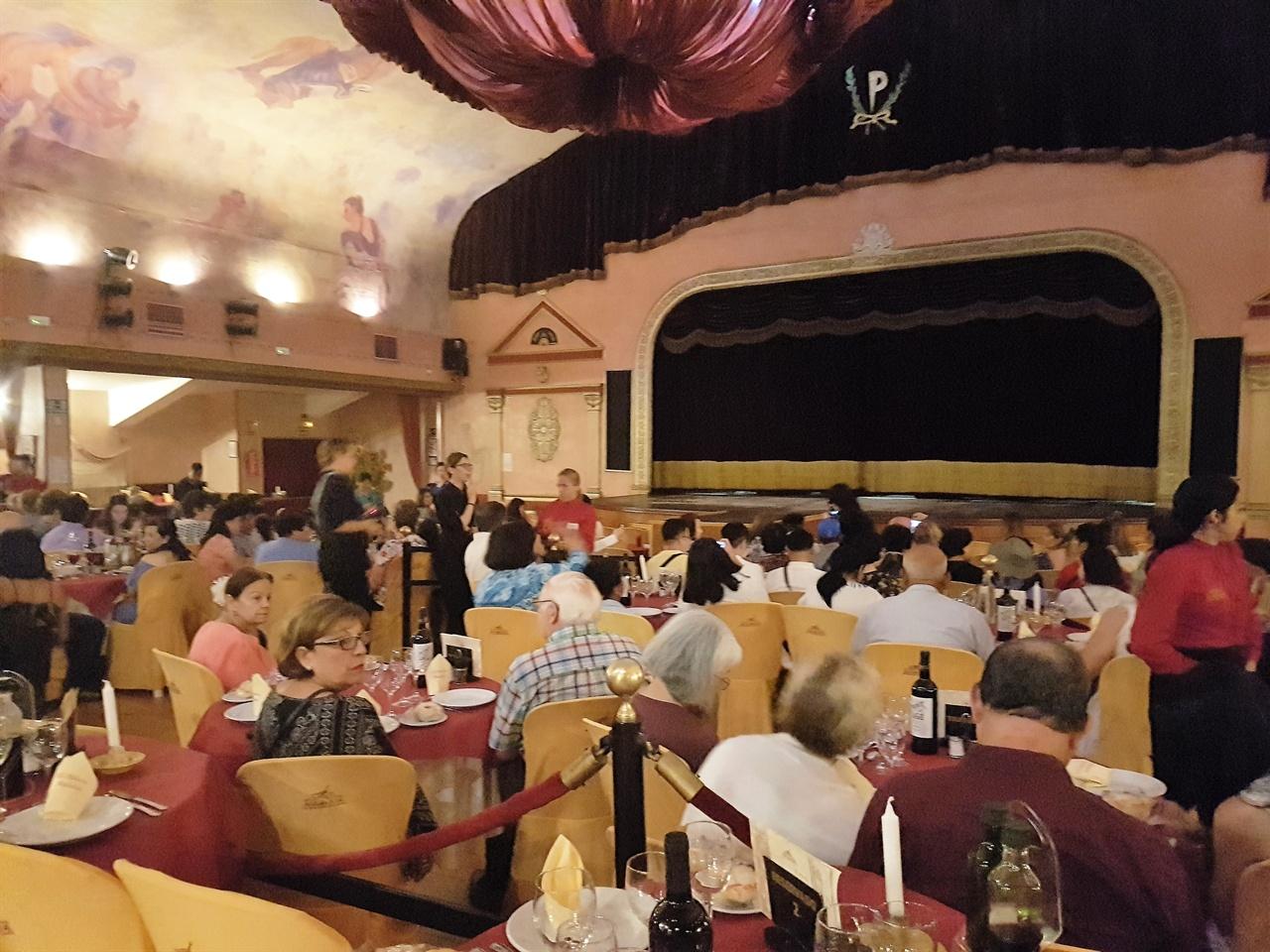 우리 찾아간 세비야의 플라멩코 타불라오. 극장식 카페와 비슷하였습니다.