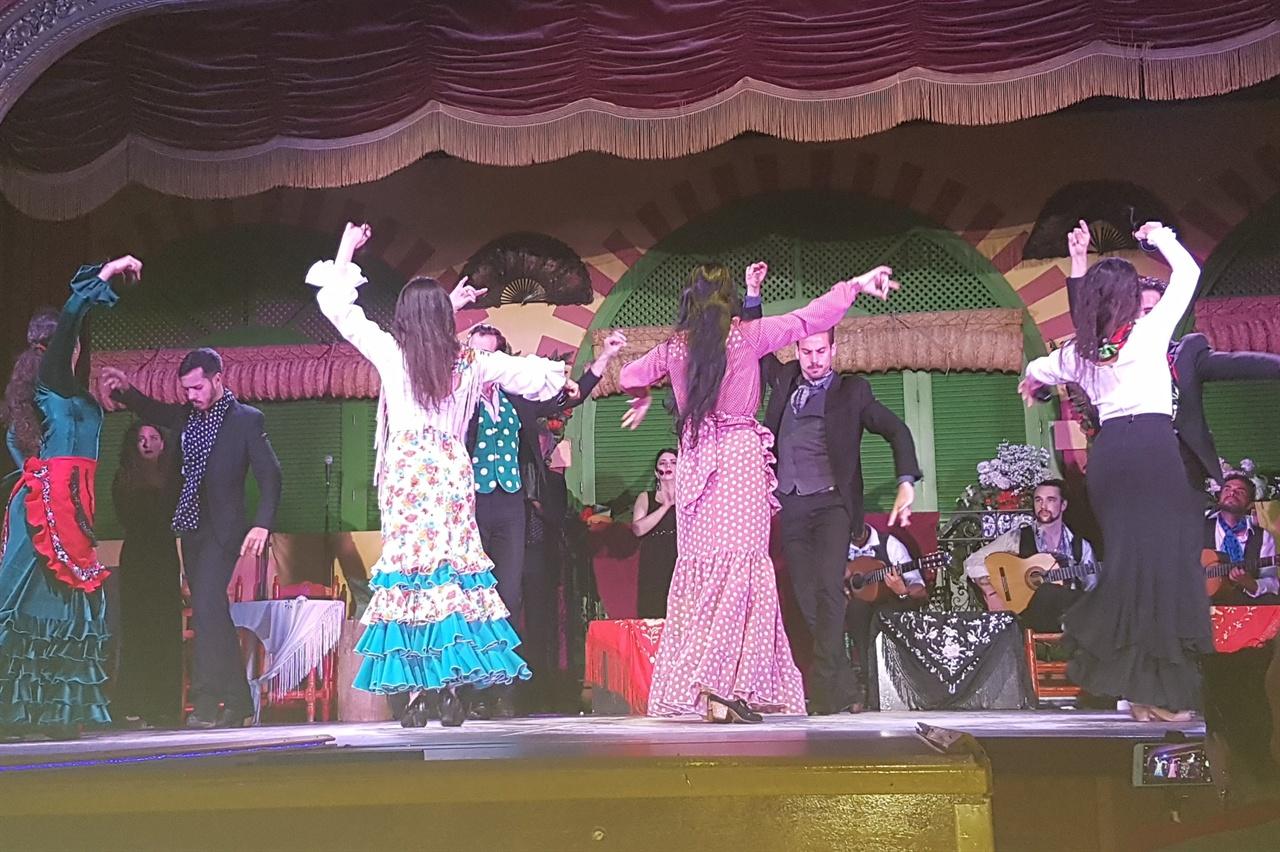 출연자 모두가 함께 공연을 펼쳐 피날레를 장식하였습니다.