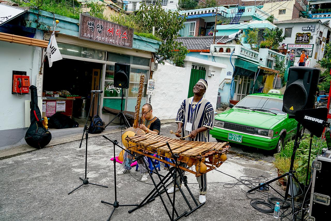 연희네 슈퍼 앞에서 거리공연을 하고 있는 코트디브아르 공연팀.