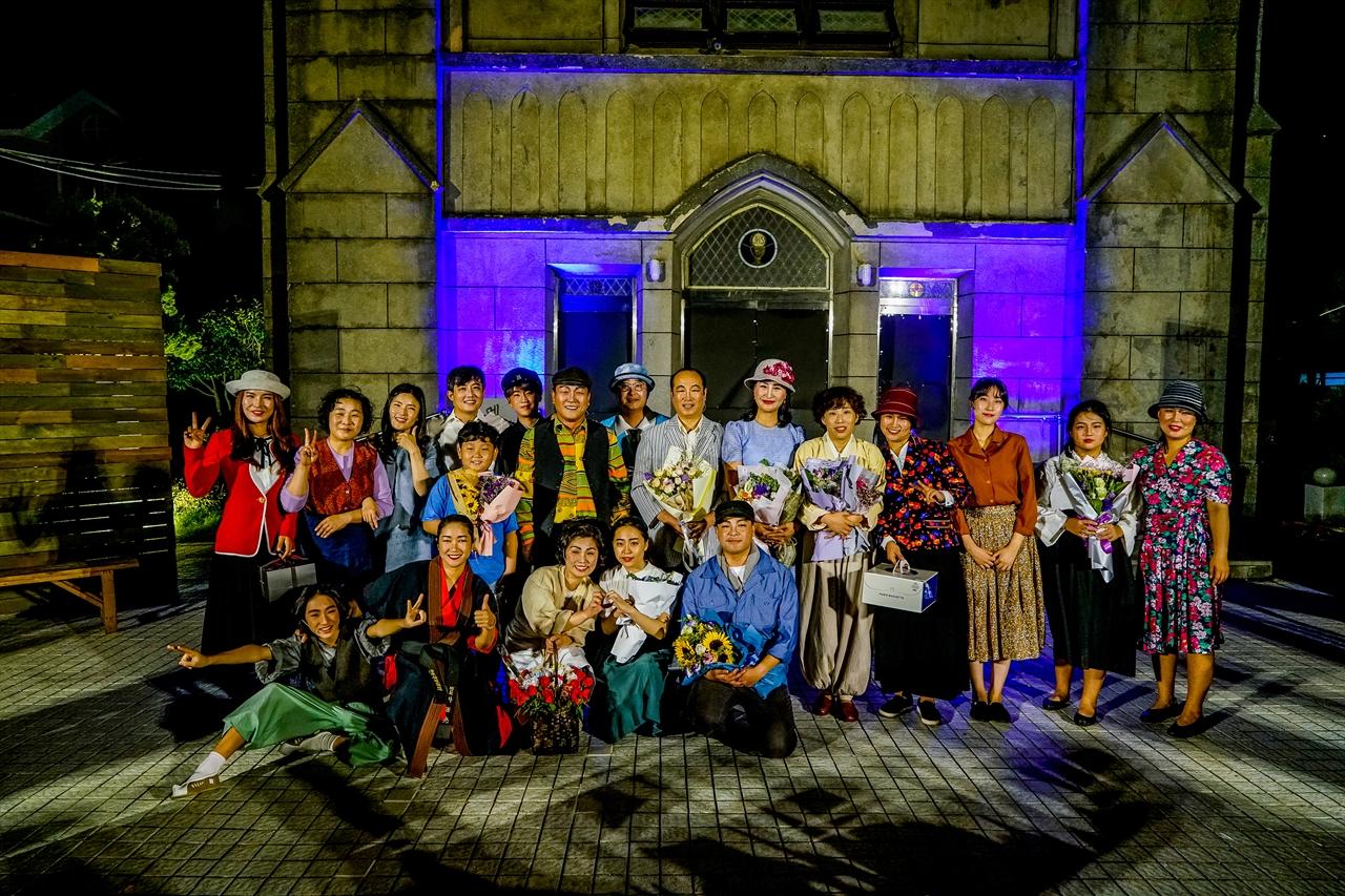 경동성당에서 '시민야외극 멜라콩'을 공연한 뒤 기념촬영하고 있는 시민배우들.