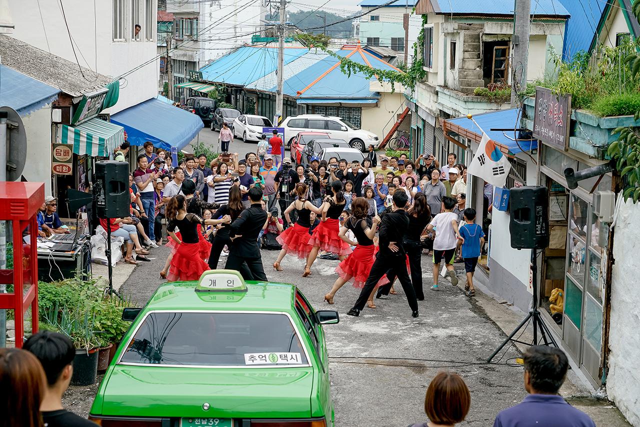 목포 연희네 슈퍼 앞에서 거리공연을 하고 있는 선경진댄스스포츠팀.