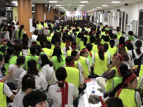 로비를 가득 메운 조합원들 노조는 조합원 650여명과 연대단체등 700여명이 모였다고 한다. (사진은 9월 4일 파업전야제 모습)