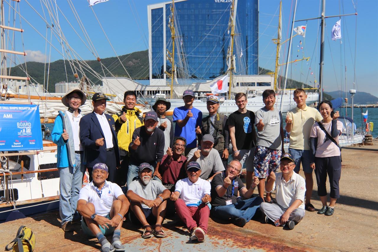 여수에서 블라디보스톡까지 범선레이스를 벌일 선원들이 기념촬영했다. 이들은 아미호(일본), 코만도호(러시아), 코리아나호 (한국)에 나눠타고 항해기술을 겨룬다