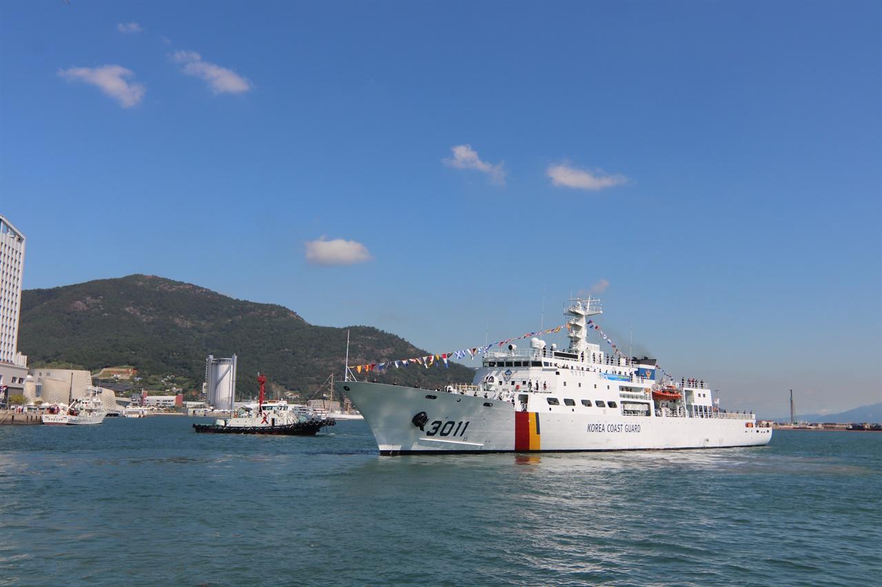 때마침 여수신항부두에서는 필리핀까지 대양항해 실습을 떠나는 신임 해양경찰생도(123명)들이 떠나고 있었다.