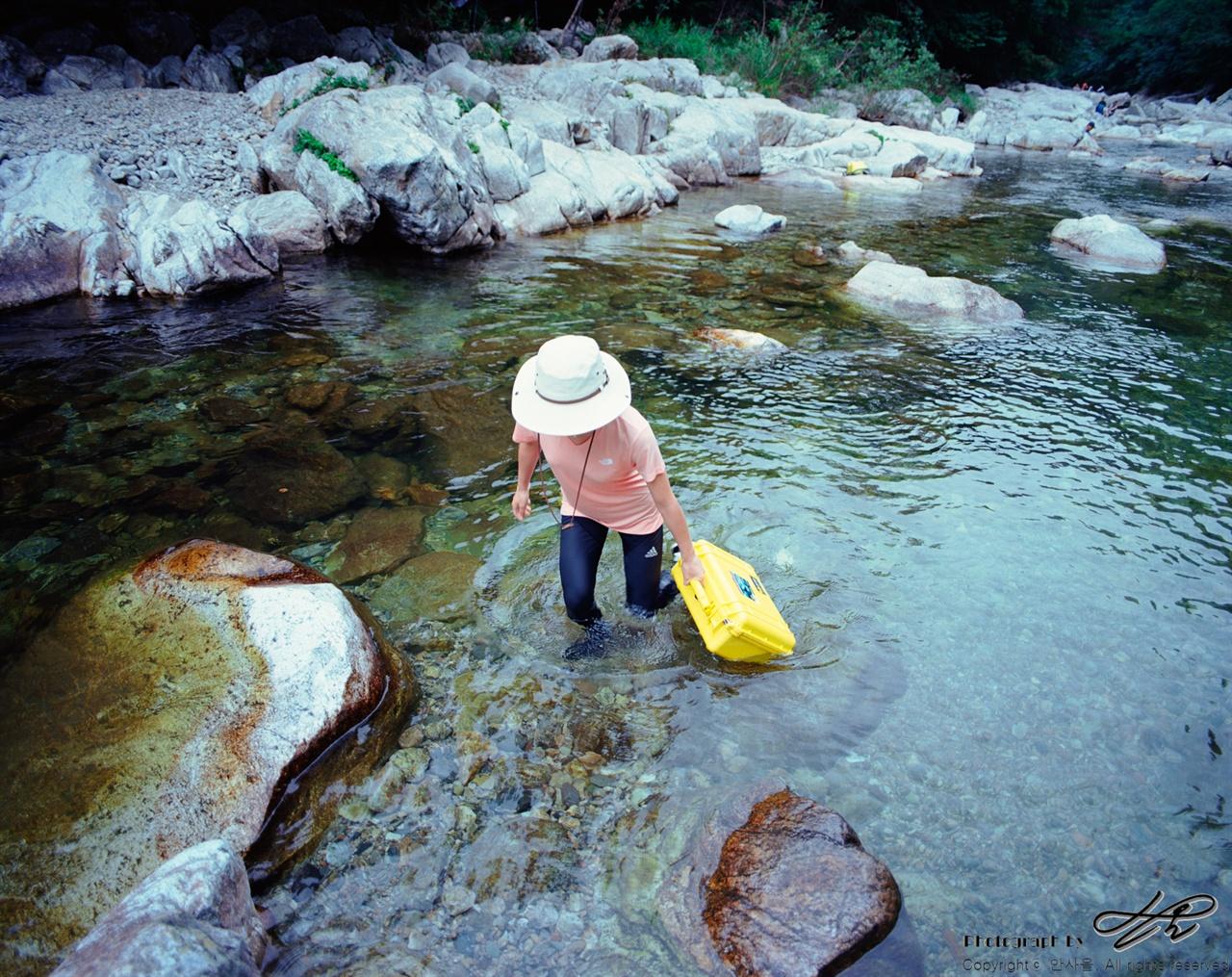 물길로 걷기 (6*7중형/Pro400H)방수가 되는 케이스 안에는 촬영 장비가 들어있다. 물에 뜨기 때문에 깊은 곳에서는 튜브 대용으로 사용할 수 있다.