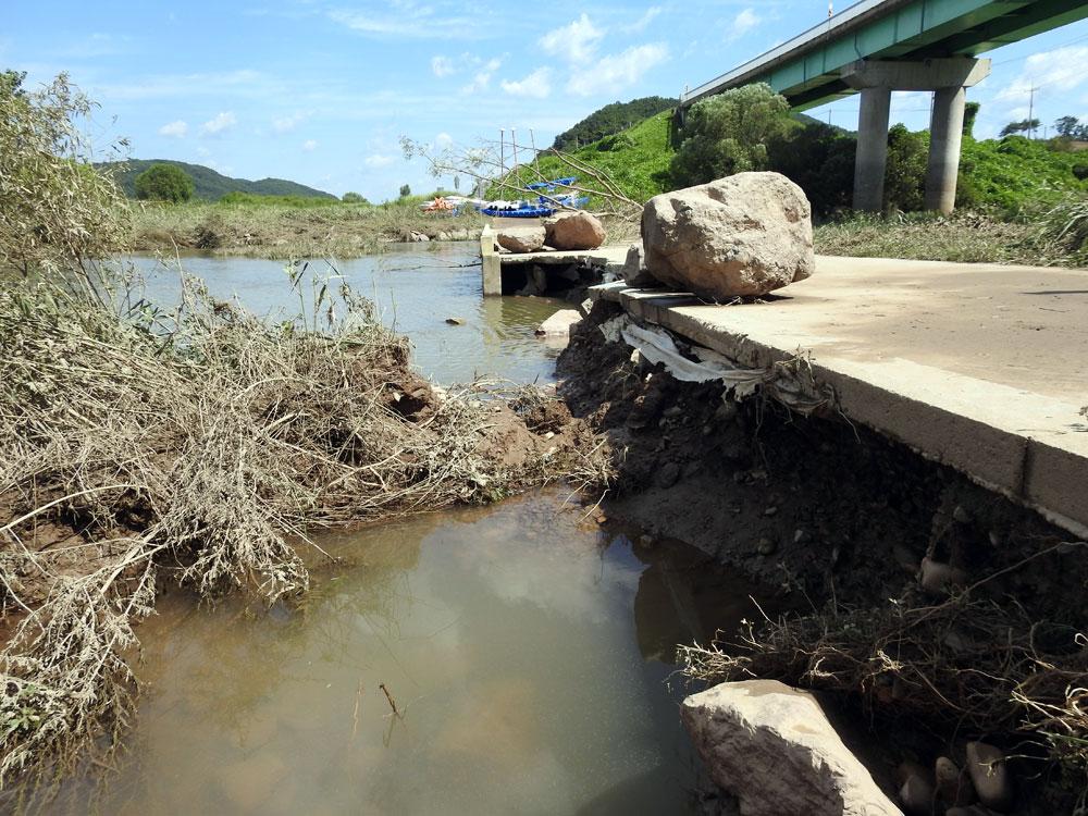 충남 공주시 이인면 자전거도로 밑의 바윗덩어리와 흙이 유실되어 공중에 떠 있는 상태다.