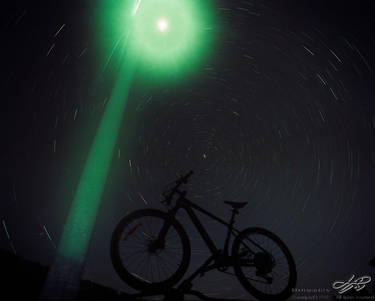 우주를 달리는 자전거 (6*7중형/Pro400H)차 위에 자전거를 올리고 풍력발전기의 조명을 배경 삼아 별 일주 사진을 담았다. 자전거 타는 여정이 많았던 이번 여행을 상징하고자 꾸며본 구성.