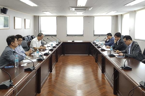 5일 서울 서초구의 한국교통안전공단에서 국토부 산하의 자동차안전연구원과 한국소비자협회 BMW 차량 화재 집단소송지원단의 원인규명 조사 관련 협의회가 열렸다.