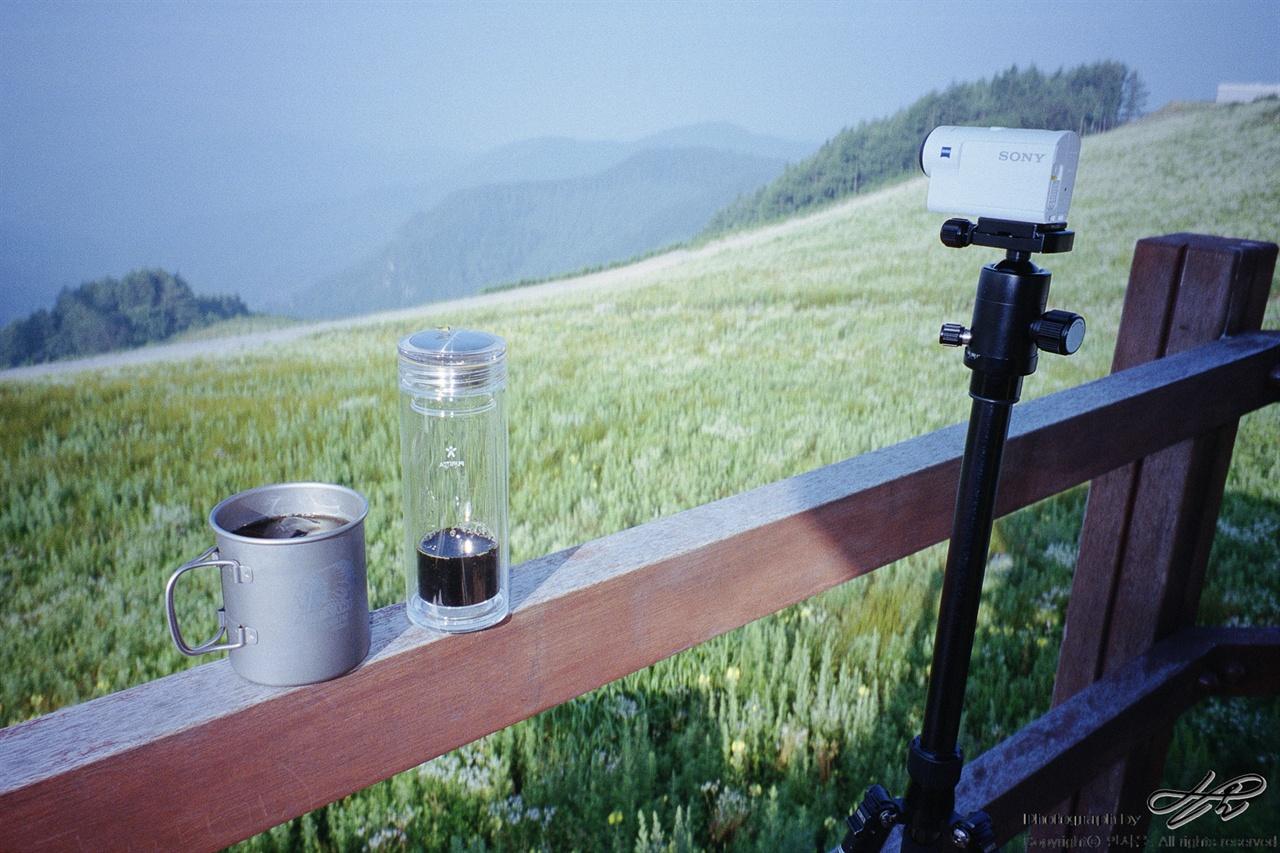 커피타임 (35mm/Portra400)챙겨 온 콜드브루 원액과 희석한 커피 한 컵. 밝아 오는 아침을 타임랩스로 기록하는 중.