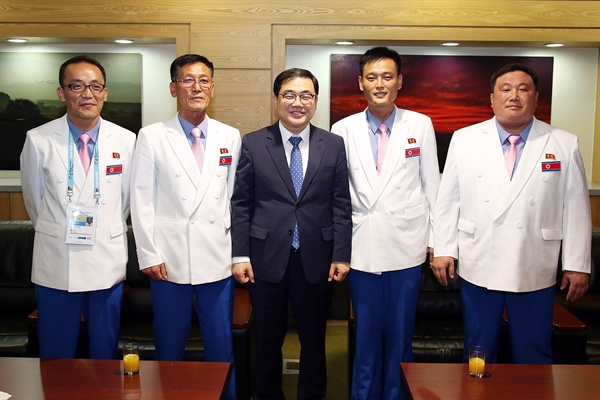 허성무 창원시장은 4일 저녁 창원컨벤션센터에서 창원세계사격선수권대회에 참가한 북측선수단 대표단을 만났다.